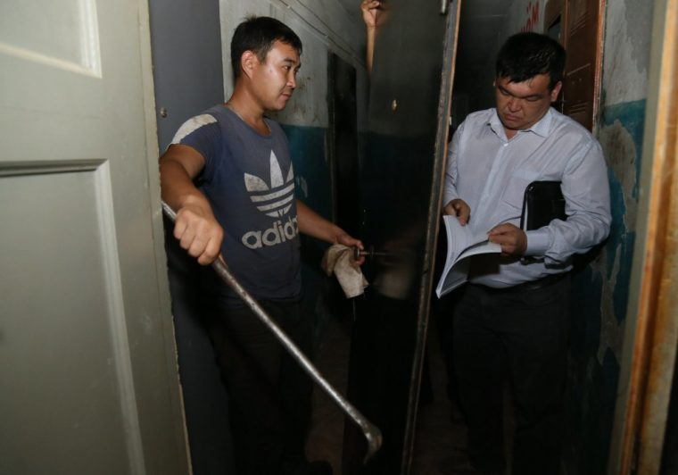 За коммунальные долги отобрали входную дверь у жительницы Костаная