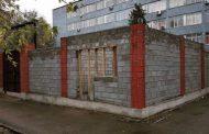 Высокие бетонные заборы снесут вокруг РОВД в Алматы