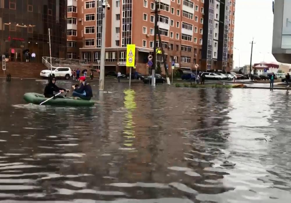 Катавшимся на лодке во время потопа в Астане парням отменили штраф