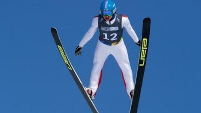 Казахстанский лыжник перевернулся через отбойник на соревнованиях