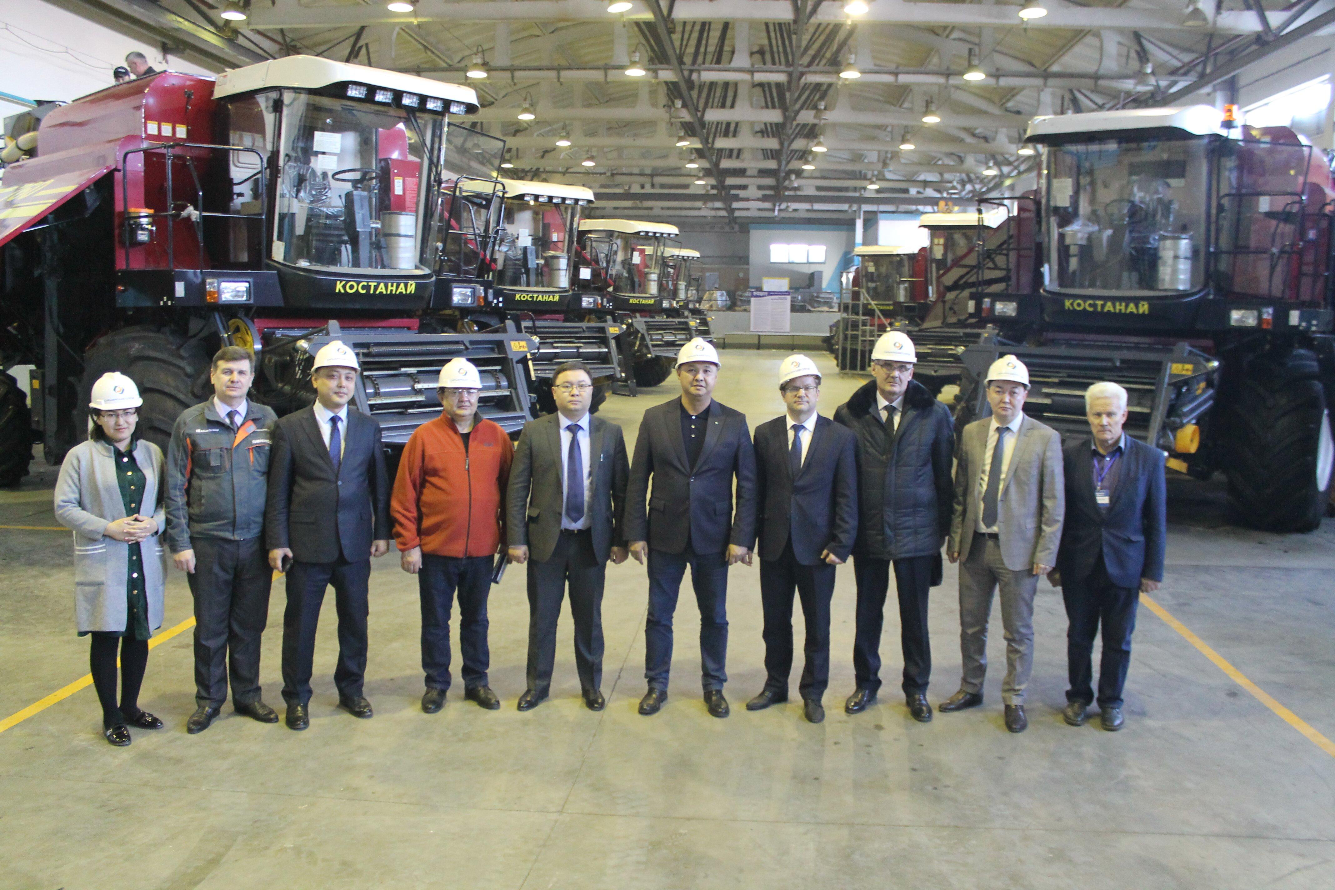 «Чем меньше чиновник, тем круче автомобиль» — отметил мажилисмен Азат Перуашев на встрече с сотрудниками ТОО «СарыаркаАвтоПром» в Костанае