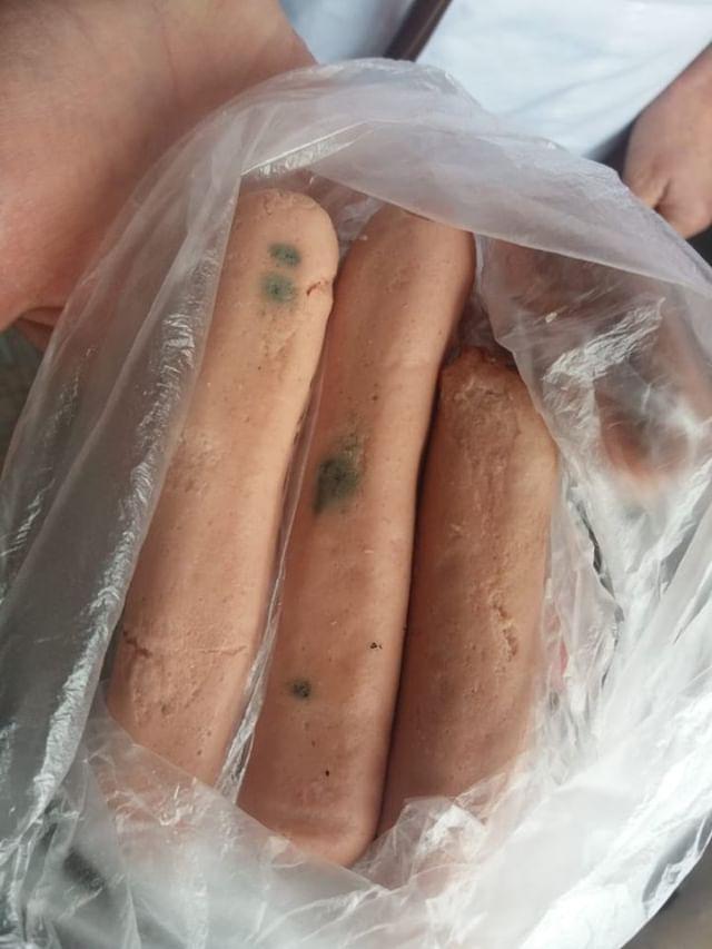 Пациентов Аулиекольской больницы пытались накормить сосисками с плесенью