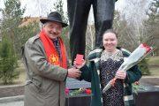 Костанайские коммунисты в день рождения Ленина возложили цветы к его памятнику