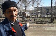 Стоянка, принадлежащая руководителю ЖКХ города, так же утопает в прошлогодней листве и мусоре