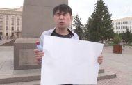 Полиция в Казахстане задержала активиста с пустым плакатом