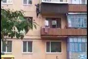 Мужчина сорвался с третьего этажа в Лисаковске