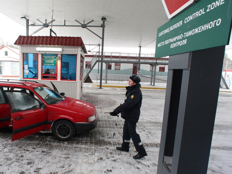 Более 200 омичей пытались выехать в Казахстан с порванными паспортами