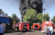 В Алматы горит склад лакокрасочных изделий, для тушения огня подключили вертолёт