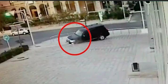 Опубликовано видео, как внедорожник провалился под плитку в Казахстане