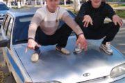 Пальцы веером: два рудничанина сделали непристойное фото на капоте полицейской машины