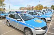 Автомобили патрульных полицейских обозначили антикоррупционными стикерами