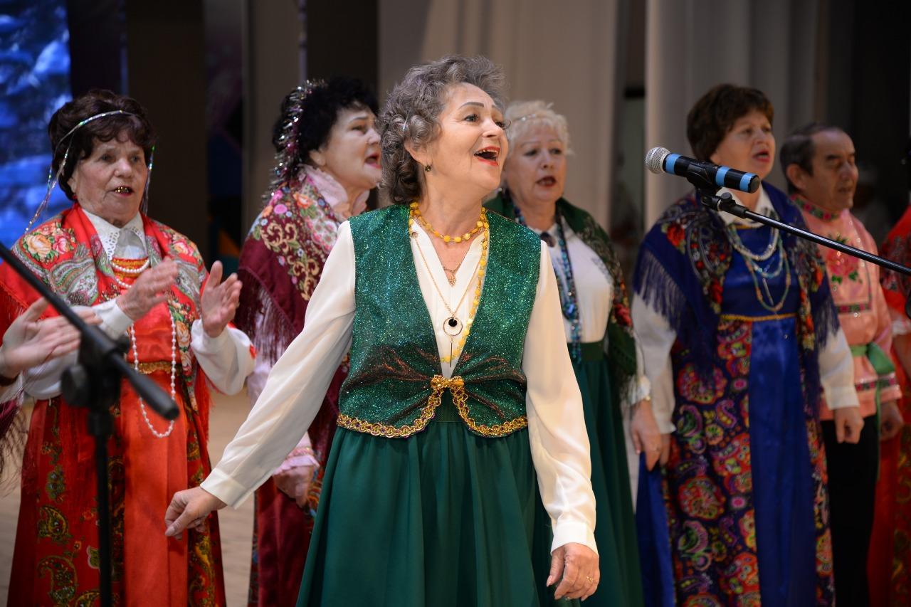 Люди старшего поколения водили хоровод и пели песни