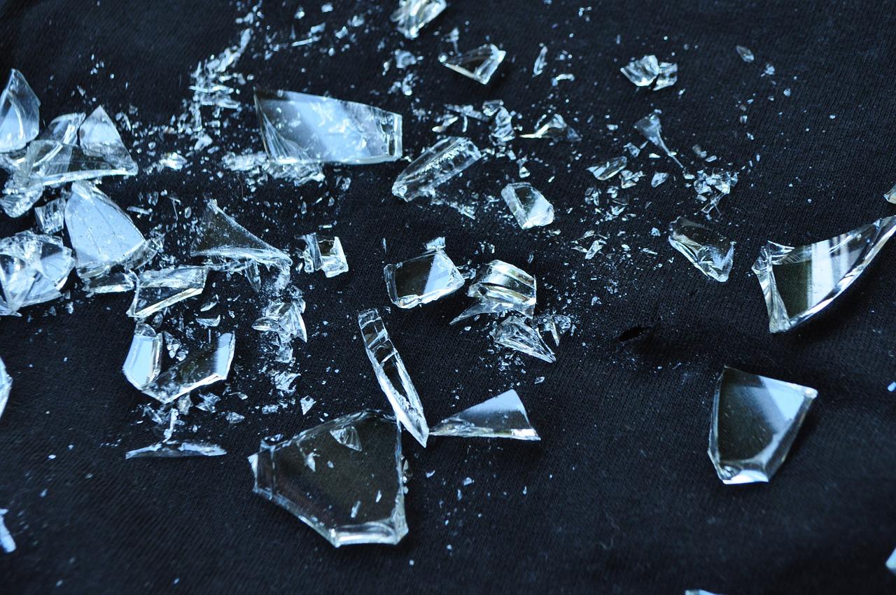 Студент из Казахстана разбил стекло в здании челябинского парламента