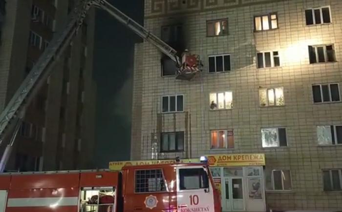 В Кокшетау мужчина погиб выбросившись из окна горящей квартиры – его сожительница получила ножевые ранения