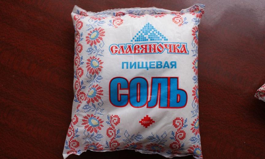 «Нас травят!»: корреспонденты рубцовской газеты обнаружили странный осадок в соли из Казахстана