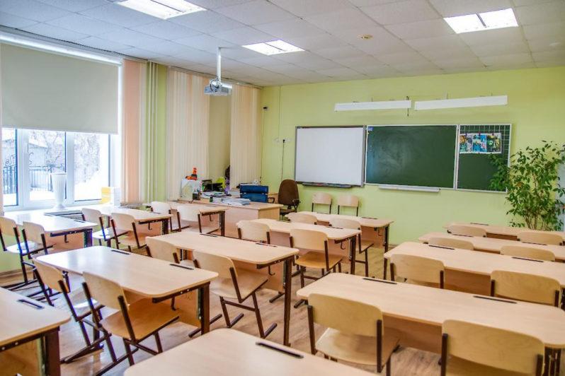 Директора школ в регионах вызывали учителей на работу несмотря на запрет