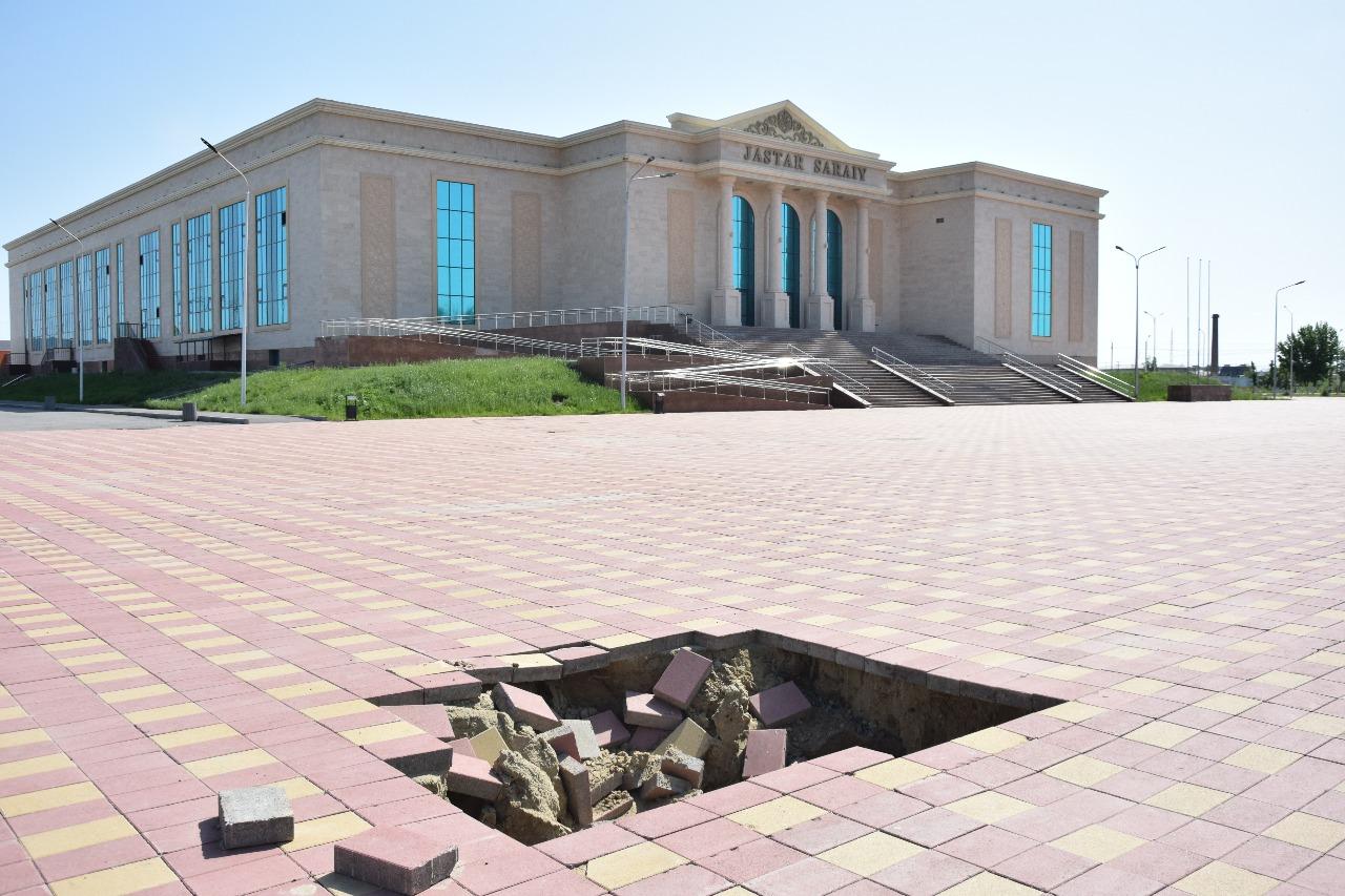 Обвалившуюся брусчатку на площади возле «Жастар сарайы» скоро восстановят