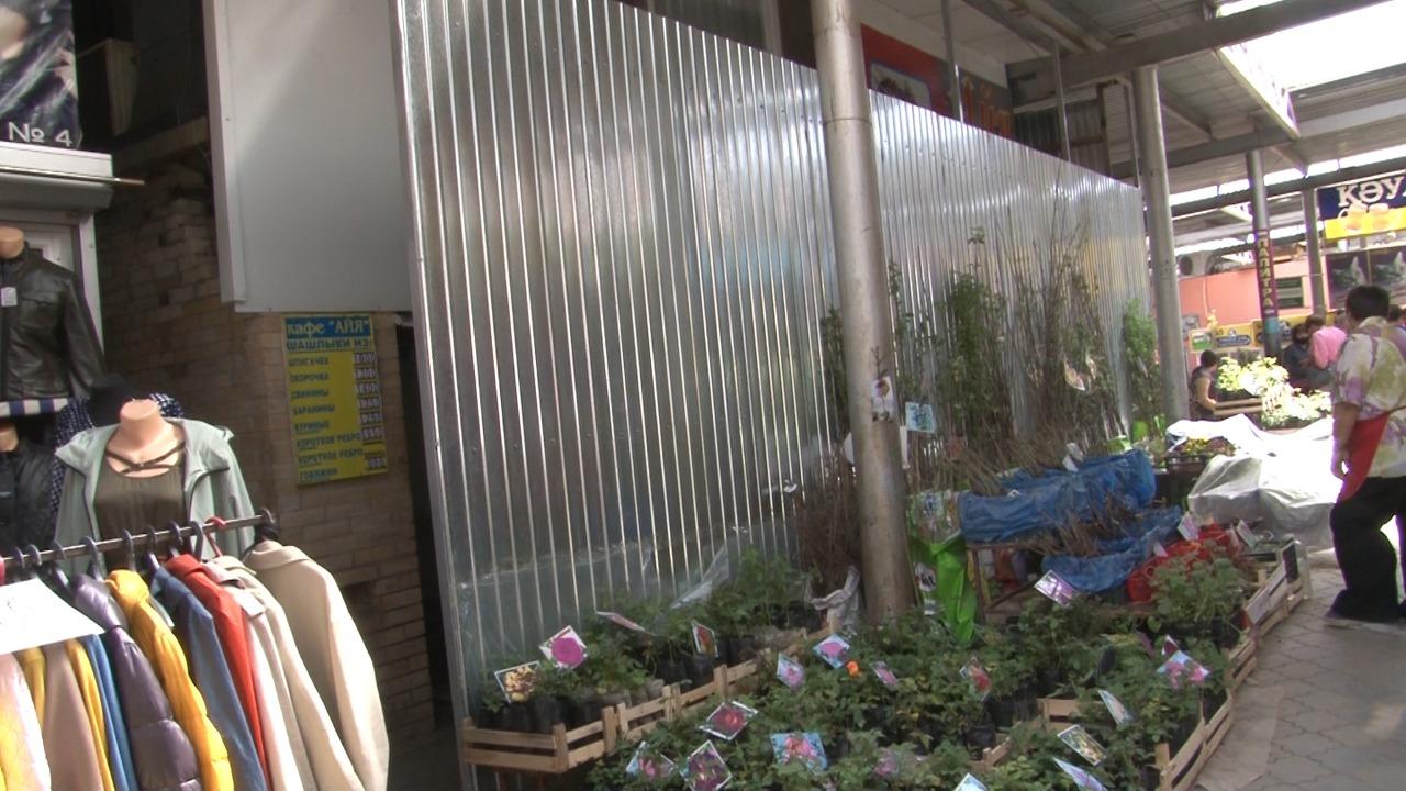 Ветераны Костаная возмущены тем, что перед их излюбленным кафе возвели «берлинскую стену»