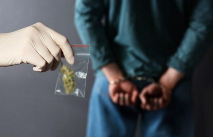 Перебрасывали наркотики и телефоны на территорию колонии в Актау: «поставщиков» задержали