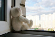 Четырехлетняя девочка выпала из окна в Костанае