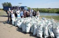 На диком пляже Костаная волонтеры собрали 150 мешков мусора