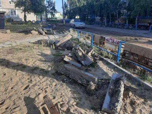 Арматура, торчащая из земли, поваленные деревья и куски бетона на неогороженном участке — жители г. Тобыл жалуются на опасные ремонтные работы