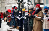 В Москве и Петербурге сотни женщин выстроились в «цепи солидарности» в поддержку Юлии Навальной