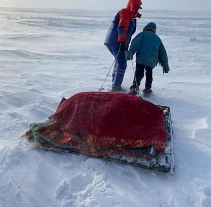 Больного до машины «скорой помощи» тащили на железе по снегу под Аркалыком