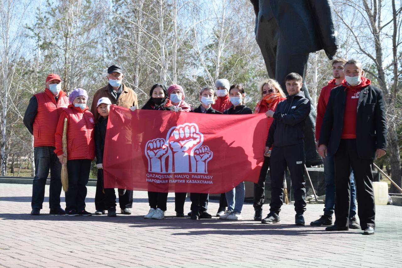 Члены Народной партии провели субботник возле памятника Ленина