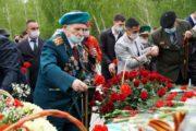 В парк Победы весь день идут костанайцы, чтобы возложить цветы к мемориалу