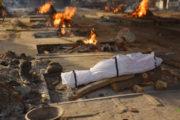 В Индии потребовали не сбрасывать тела мертвых в Ганг