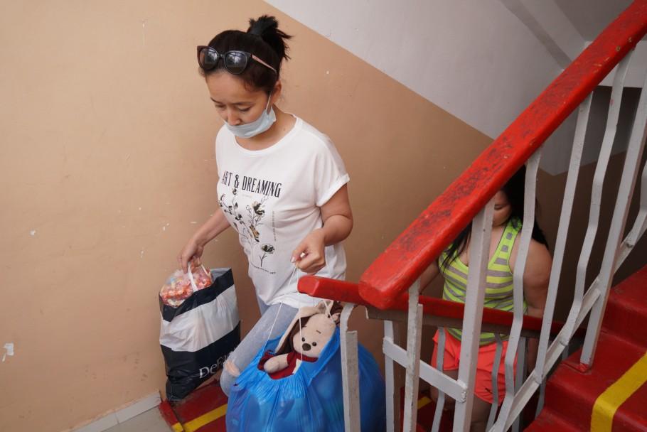 Волонтеры ОФ «Жанашыр бол» помогли социально уязвимым семьям продуктами и одеждой