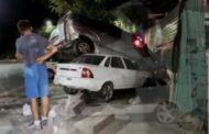 Автомобиль в результате ДТП повис на дереве недалеко от прокуратуры в Шымкенте