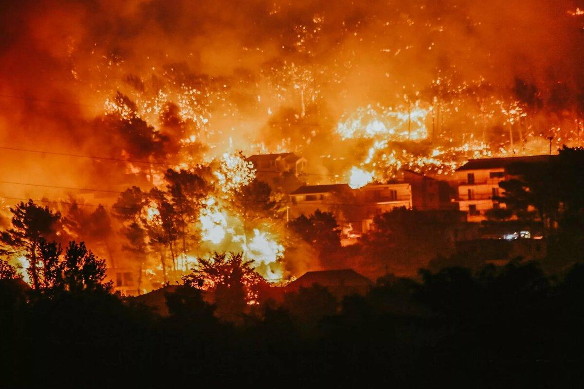 Лесной пожар уничтожил город со 150-летней историей в США