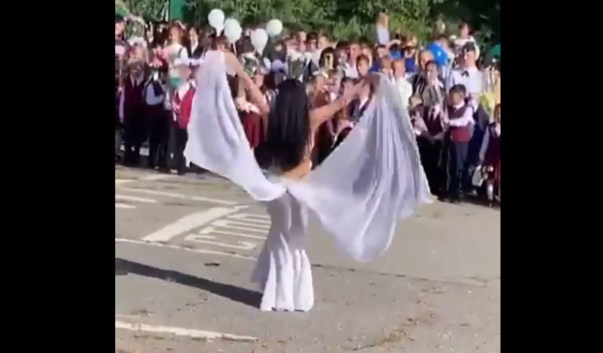 Танец живота исполнила учительница на первом звонке