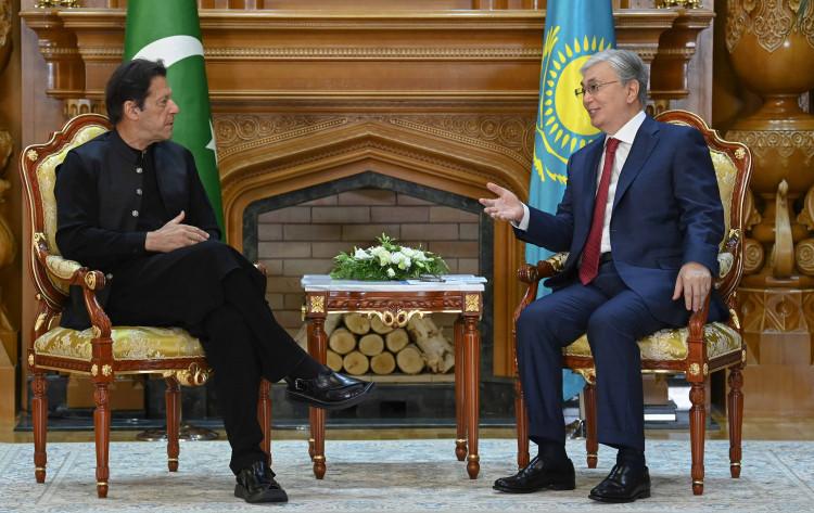 Токаев обсудил развитие транспортно-логистической системы с премьер-министром Пакистана