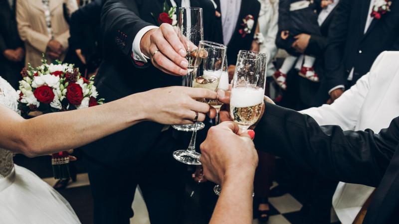 Свадьбы и юбилеи разрешили проводить в Казахстане