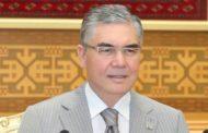 Бюджетников и студентов Туркменистана обязали покупать очередную книгу президента